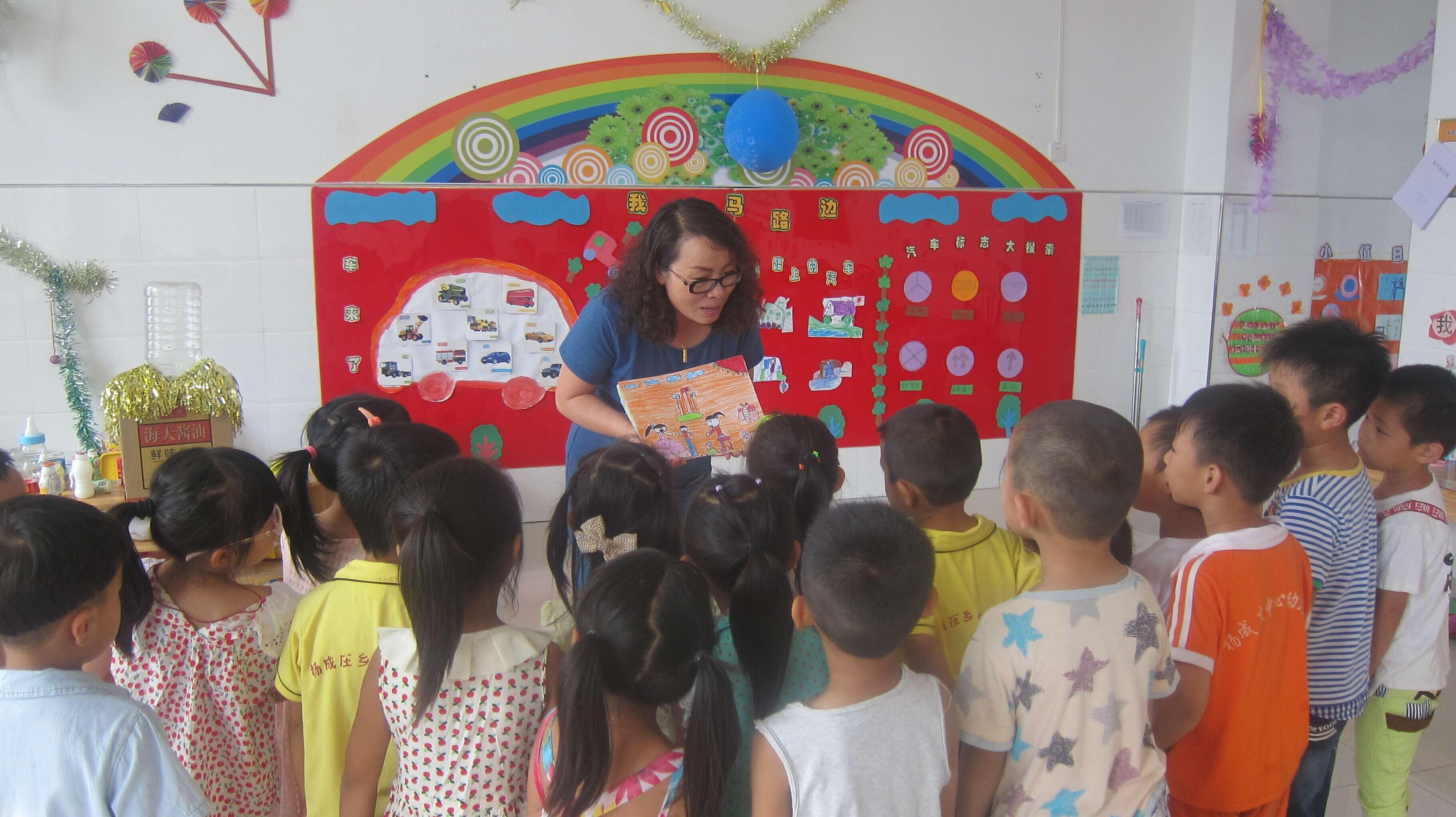 """模范幼儿园的老师为他们带去自己班孩子表达""""成为朋友""""心声的绘画图片"""