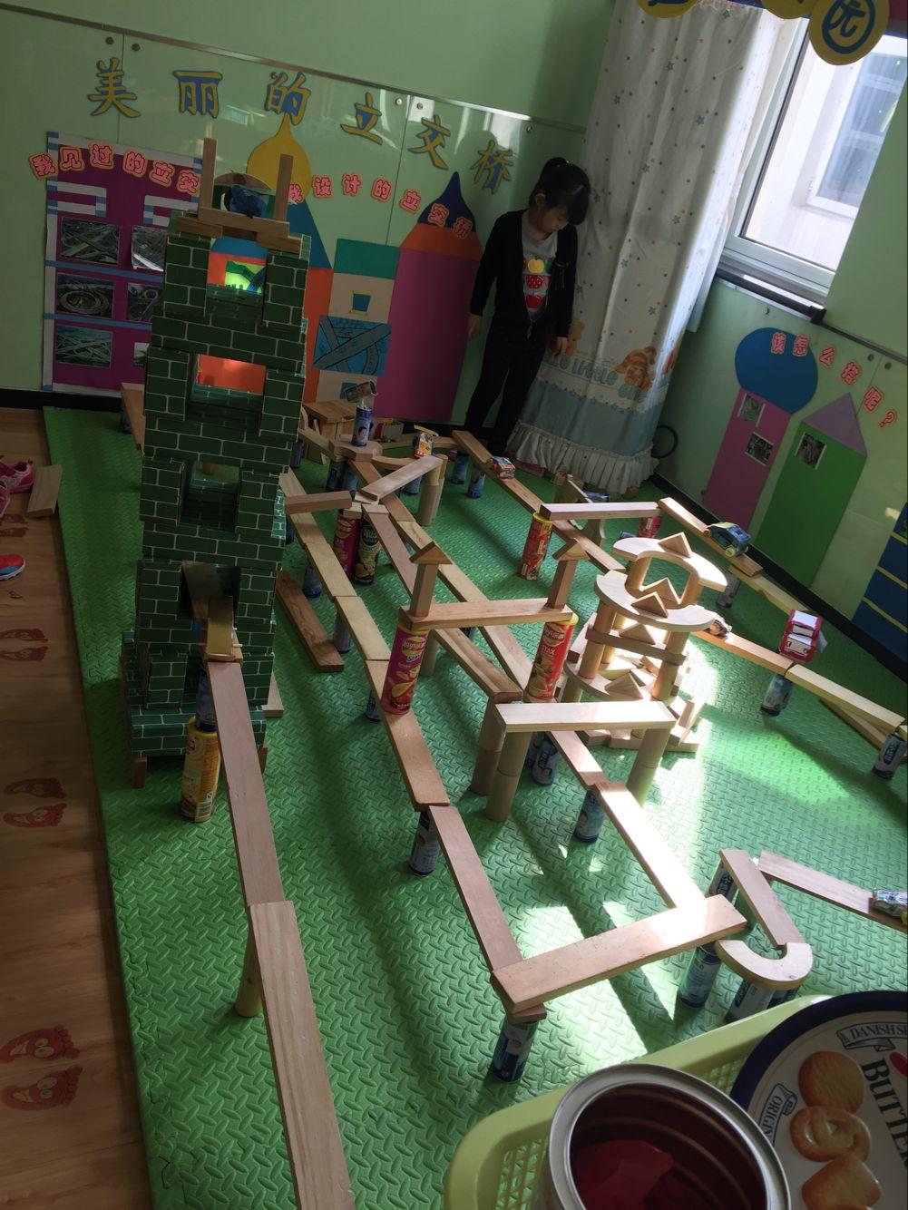 """我们的建构区主题墙是""""美丽的立交桥"""",孩子们通过一些谈话,交流"""