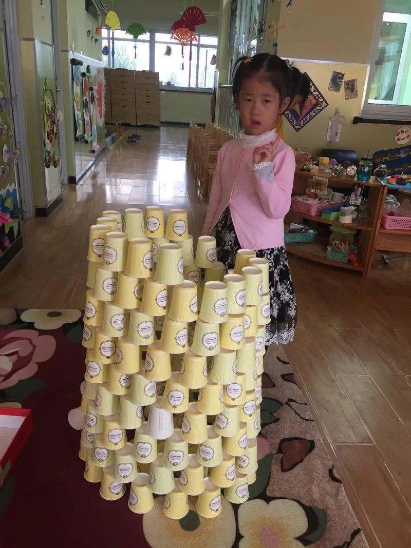 纸牌、纸杯材料来自于幼儿生活,激发了探索欲望。通过孩子自主操作、探索、发现,初步对这些材料产生兴趣。孩子们不断地探究、操作搭建、叠高,活动中,激活了孩子的思维,积极动脑思考,怎样能搭建的更高更稳 ,让我们的孩子思维更独特、思维更有自己想象力。