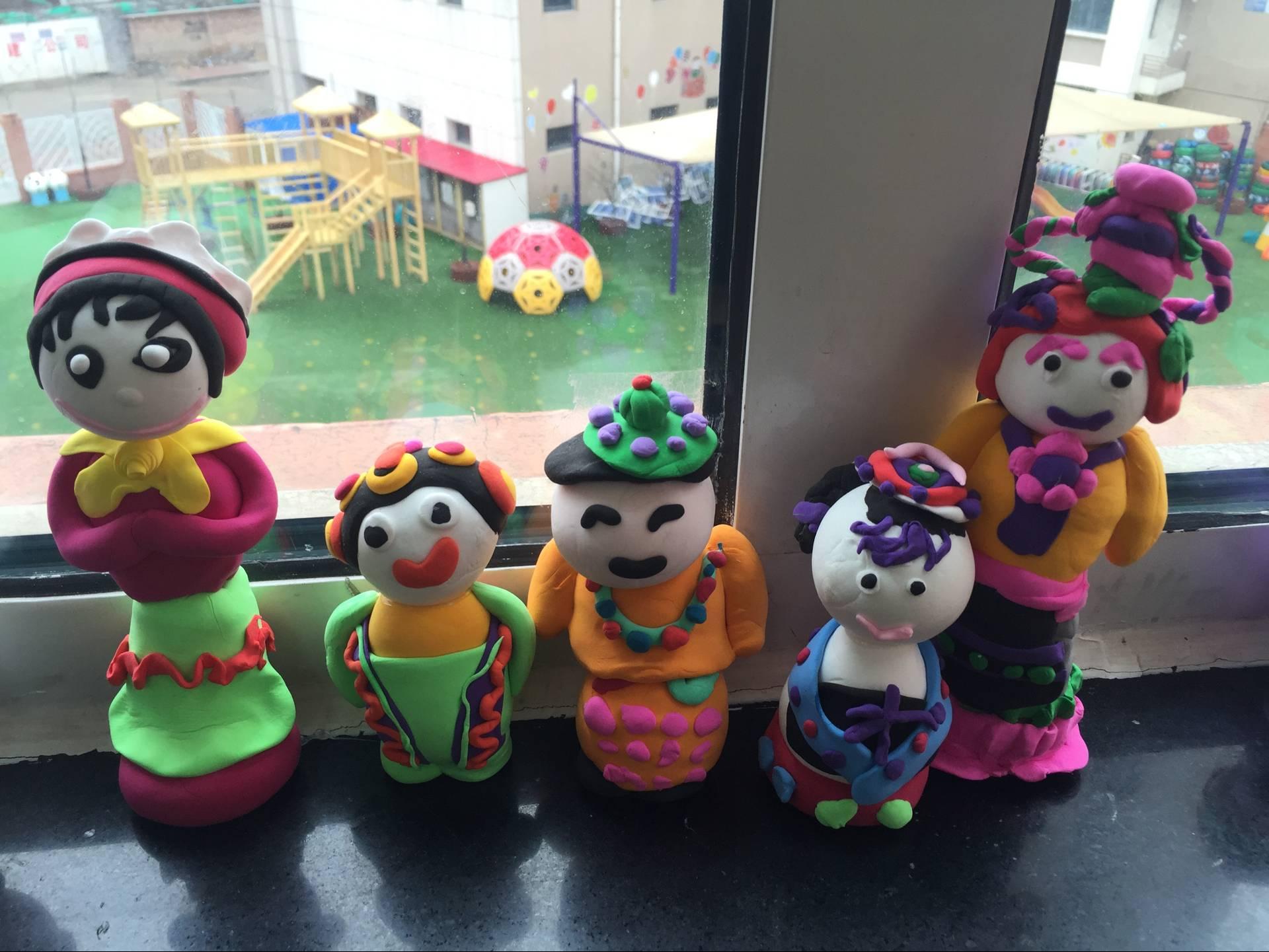 园本的泥工特色活动已逐渐形成特色,孩子们喜欢的民族娃娃各式各样,不同的头饰、不同的神情、不同的服饰、不同的姿势、栩栩如生的民族娃娃显得如此生动。孩子们小手的肌肉动作已非常灵活,希望孩子们以后的作品越来越出色。快来看一看都是谁的作品吧